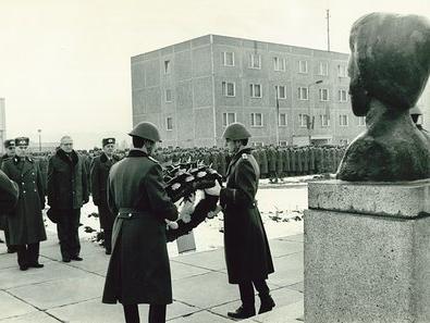 Kranzniederlegung vor der Büste Rosa Luxemburgs anlässlich ihres Todestages. Im Hintergrund ist das Stabsgebäude zu sehen. Es diente als Sitz des Kommandanten und auch die Unterabteilung der Hauptabteilung I des MfS ('Verwaltung 2000') hatte hier ihre Dienstzimmer.