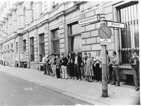 Demonstration der Gruppe 'Frauen für den Frieden' vor der amerikanischen Botschaft in Ost-Berlin am 01.09.1983