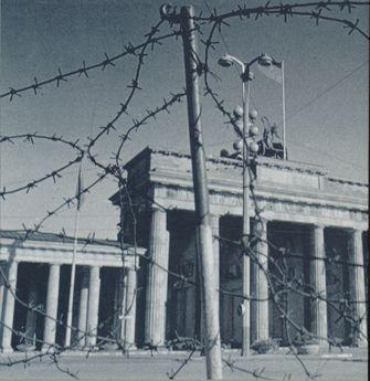 Signaturbild der Reihe 'DDR im Blick der Stasi': Stacheldraht vor dem Brandenburger Tor.