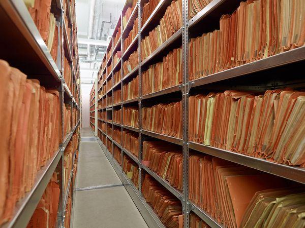 Regale im Stasi-Unterlagen-Archiv in Berlin