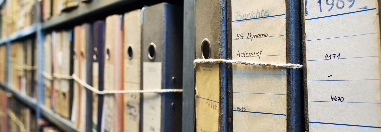 Unterlagenbündel im Magazin des Stasi-Unterlagen-Archivs Frankfurt (Oder)
