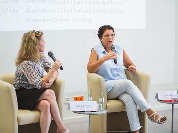 Dagmar Hovestädt und Ulrike Poppe diskutieren auf dem Podium.