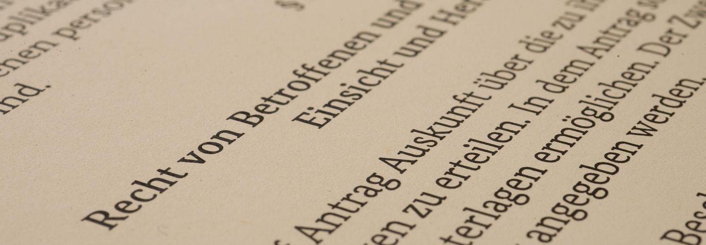 Seite aus dem Stasi-Unterlagen-Gesetz mit § 13, der das Recht von Betroffenen und Dritten auf Auskunft, Einsicht und Herausgabe regelt.