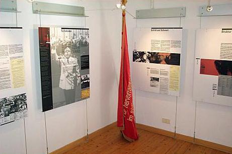 Ausstellungstafel über Erich Mielke, Minister für Staatssicherheit der DDR
