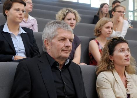 Der Bundesbeauftragte für die Stasi-Unterlagen, Roland Jahn, unter den Zuhörer der Debatte im Bundestag am 30. September 2011