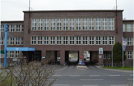 """Der ehemalige Sitz der in der DDR zuletzt 'VEB Fahrzeug- und Jagdwaffenwerk Ernst Thälmann"""" genannten Simson-Fabrik in Suhl."""