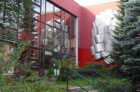 Der Eingang zum 'Haus der Grenztruppen' im heutigen Zustand. Sehr zugewachsen.