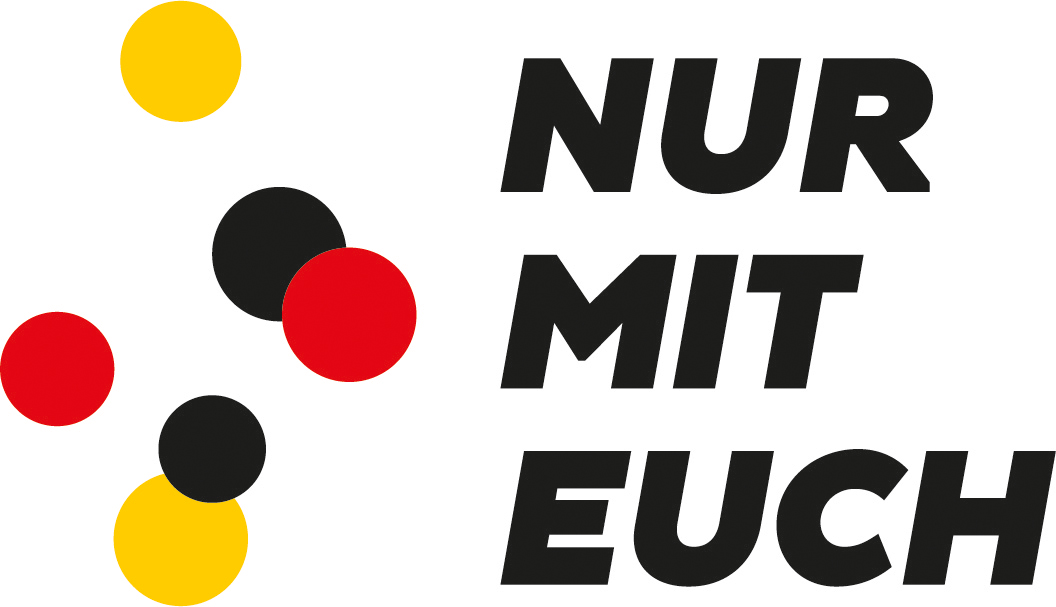 Das Logo enthält schwarze, rote und gelbe Punkte und den Schriftzug 'Nur mit Euch'.