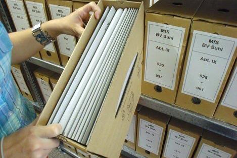 Ausheben einer Akte im Magazin des Stasi-Unterlagen-Archivs Suhl.