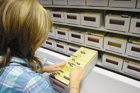 Recherche an der Personenkartei F 16 im Stasi-Unterlagen-Archiv Suhl.