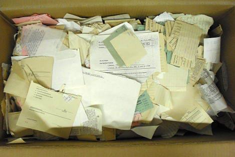 Karton mit zerrissenen Unterlagen im Stasi-Unterlagen-Archiv Suhl.