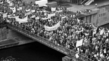 Demonstrationszug vor dem Palast der Republik  4. November 1989
