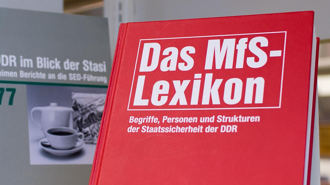 MfS-Lexikon in der Bibliothek des Stasi-Unterlagen-Archivs