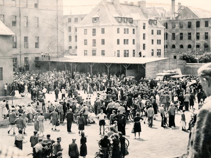 Menschenmenge im Innenhof der Bezirksbehörde der Deutschen Volkspolizei in Magdeburg