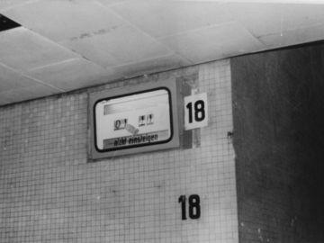 MfS-Foto aus dem Dresdener Hauptbahnhof vom 4. Oktober 1989: 1 Uhr 11 zeigt eine 'durch Steinwurf' beschädigte Bahnsteigsanzeige.