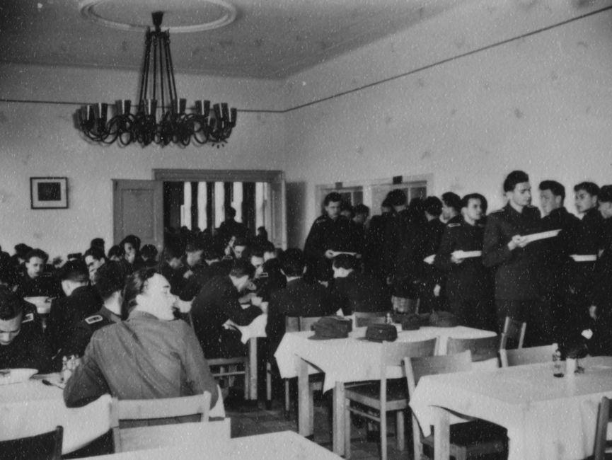 Studenten der JHS im Speisesaal