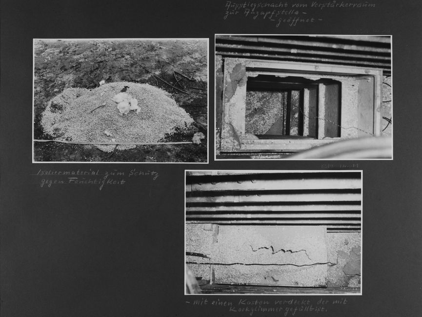 [Bild 1: Es ist eine Anhäufung eines körnigen Substrates zu sehen. Darauf liegen mittig ein paar Wattebäusche, im Vordergrund wurde ein Maßband ausgerollt.] [handschriftliche Ergänzung: Isoliermaterial zum Schutz gegen Feuchtigkeit]  [handschriftliche Ergänzung: Ausstiegsschacht vom Verstärkerraum zur Anzapfstelle- - geöffnet -] [Bild 2: Es wurde in einen schmalen Schacht hinab fotografiert. Vermutlich dienen die schmalen Vorsprünge an der rechten Seite als Stufen. Auf dem Boden liegt etwas 'Isoliermaterial' vom ersten Bild.]  [Bild 3: Zu sehen ist ein Kabel, das auf einem teilweise mit Granulat bedeckten Boden verläuft. Auf der darunter liegenden Oberfläche ist ein Riss auszumachen.] [handschriftliche Ergänzung: - mit einen Kasten verdeckt der mit Korkglimmer gefüllt ist.]