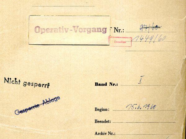 DAs Bild zeigt den Aktendeckel des Operativen Vorganges 'Hippokrates' zu Karl von Kraus. Er ist beschriftet mit: 'Operativ-Vorgang Nr. 1449/60, Nicht gesperrt, Beginn: 15.6.1960'