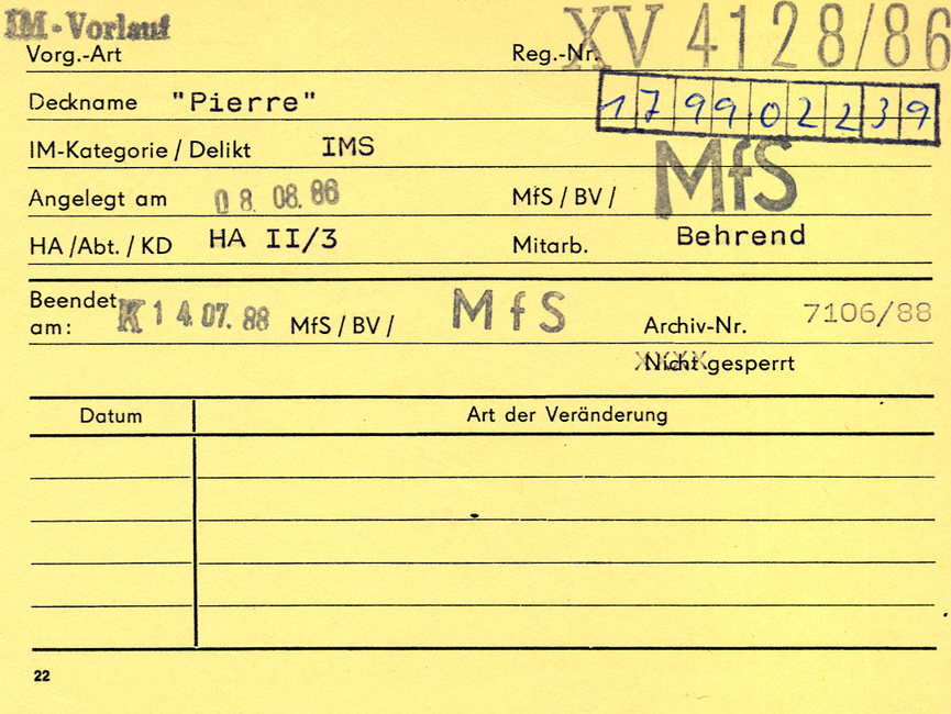 [Zu sehen ist eine gelbe Karteikarte des Typs 'Formblatt 22'. Diese gibt die jeweilige Vorgangsart zum Decknamen ('Pierre') an. Auf ihr sind MfS-interne Informationen wie die Registriernummer (XV 4128/86), die bearbeitenden Diensteinheiten zuzüglich des verantwortlichen Hauptamtlichen Mitarbeiters sowie das Anlegedatum vermerkt. Neben den Veränderungen im Vorgang (bspw. Wechsel in den Zuständigkeiten) wurde auch die Art der Sperrung unter der Archivnummer (7106/88) vermerkt.]