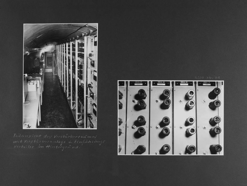 [Bild 1: Blick in den Tunnelgang mit gewölbter Decke. Rechts sind Schalt- und Sicherungsanlagen zu sehen. Links stehen Tische aufgereiht, auf denen diverse Kisten und Behältnisse stehen.] [handschriftliche Ergänzung: Teilansicht des Verstärkerraumes mit Verstärkeranlage u. Einführungsverteiler im Hintergrund.]  [Bild 2: Nahaufnahme von paarweise angeordneten schwarzen Röhren auf Metallgehäusen.]