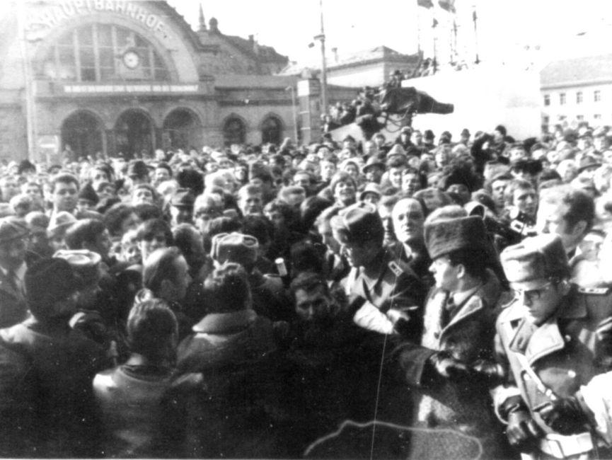 Einsatzkräfte von Volkspolizei und Stasi gingen rigoros gegen die jubelnde Menge vor. Laut einem Abschlussbericht über die Aktion 'Konfrontation' wurden 119 Personen festgenommen.