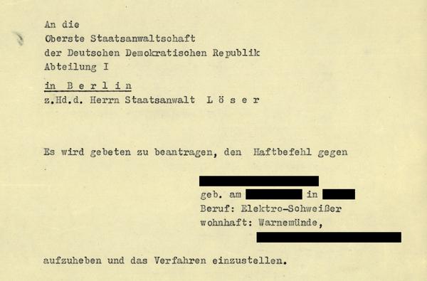 Berlin, den 14.07.1953  An die Oberste Staatsanwaltschaft der Deutschen Demokratischen Republik Abteilung I  in Berlin z.Hd.d. Herrn Staatsanwalt Löser  Es wird gebeten zu beantragen, den Haftbefehl gegen  [anonymisiert] geb. am [anonymisiert] in [anonymisiert] Beruf: Elektro—Schweißer wohnhaft: Warnemünde, [anonymisiert]  aufzuheben und das Verfahren einzustellen.