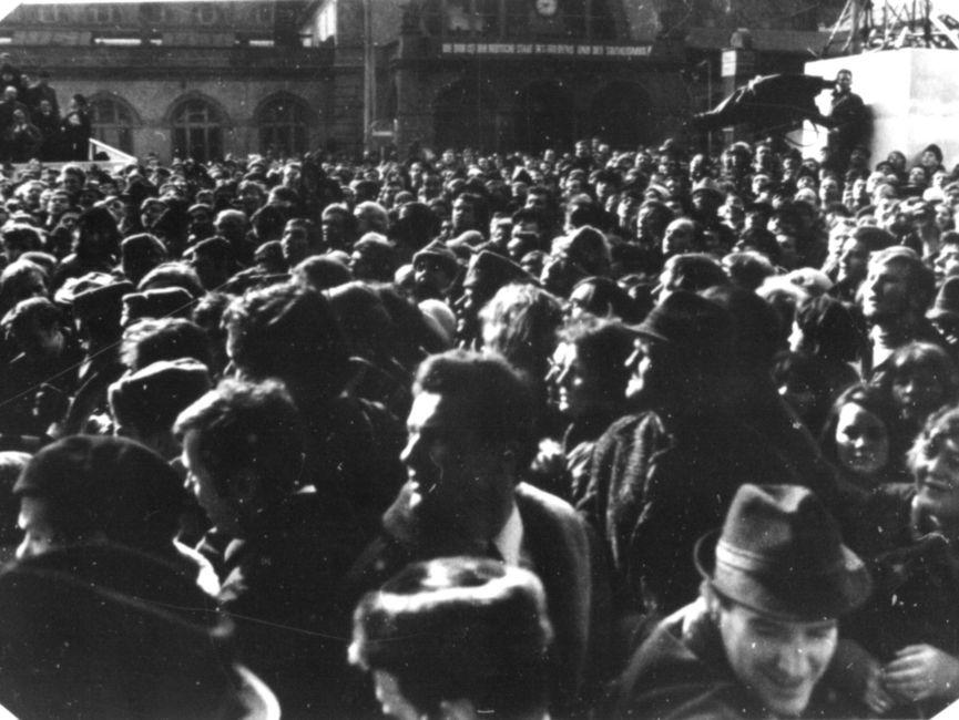 Neben Journalisten und Fernsehteams gelangten auch auch hunderte von Menschen auf den Bahnhofsplatz, nachdem sie die Absperrungen durchbrochen hatten.