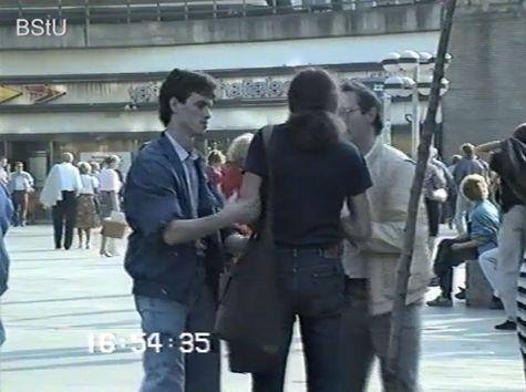 Festnahmen auf dem Alexanderplatz: Zwei in zivil gekleidete Stasi-Mitzarbeiter verhaften  einen Mann und führen diesen ab.