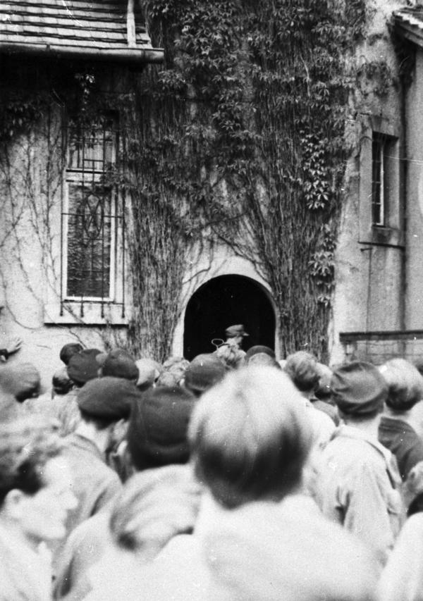 Menschenansammlung vor der Dienststelle der Staatssicherheit in Niesky.
