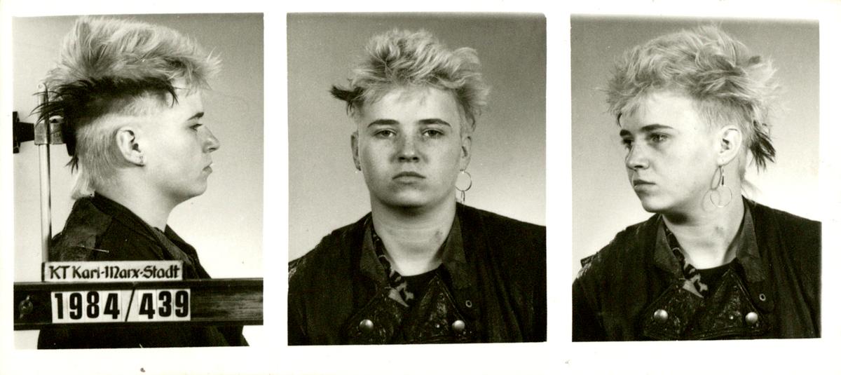 Erkennungsdienstliche Fotos einer Punkerin