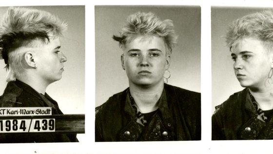 Erkennungsdienstliche Fotos einer jungen Punkerin