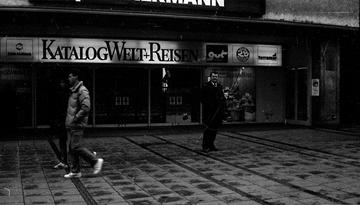 Ein Mitarbeiter der Hauptabteilung Personenschutz in einer Fußgängerzone in München