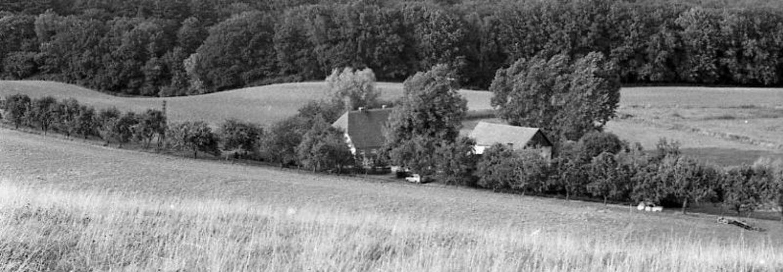 Ort in bergiger Landschaft