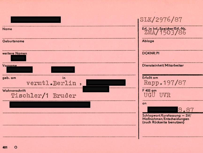 [Zu sehen ist eine rosa Karteikarte des Typs 'Formblatt 401'. Das MfS vermerkte auf der linken Seite personenbezogene Daten wie Klarname, Geburtsdaten und PKZ. Die Anschrift war ebenso wie die berufliche Tätigkeit und die Arbeitsstelle erfasst - bei diesem Beispiel sind schon erste Hinweise zu Verbindungen der betroffenen Person gemacht. Auf der rechten Seite wurden weitere Hinweise auf bereits erfasste Informationsträger wie bspw. auf die Dokumentennummer, Parteiinformation und/oder bereits archivierten Unterlagen sowie durch Schlagworte begründete Querverweise vermerkt. Bei diesem Beispiel ermöglicht die notierte Nummer zur Sichtlochkarte den Zugriff auf die Dokumentenkartei der ZKG.]