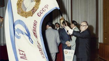 Mielke schwenkt eine Freundschaftsfahne '25 Jahre Dynamo DDR – Dynamo UdSSR', 1970er Jahre