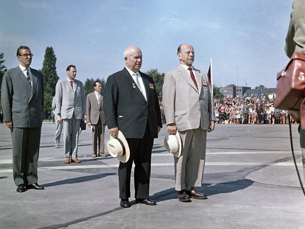 Nach seiner Ankunft am 30. Juni 1963 posiert der sowjetische Staatschef Nikolai Chruschtschow auf dem Flugfeld des Ost-Berliner Flughafens Schönefeld neben DDR-Partei- und Regierungschef Walter Ulbricht für die Fotografen.