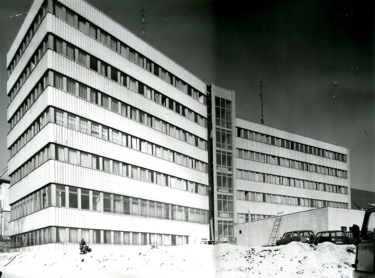Ein Bürogebäude mit zwei Flügeln und sieben Stockwerken.