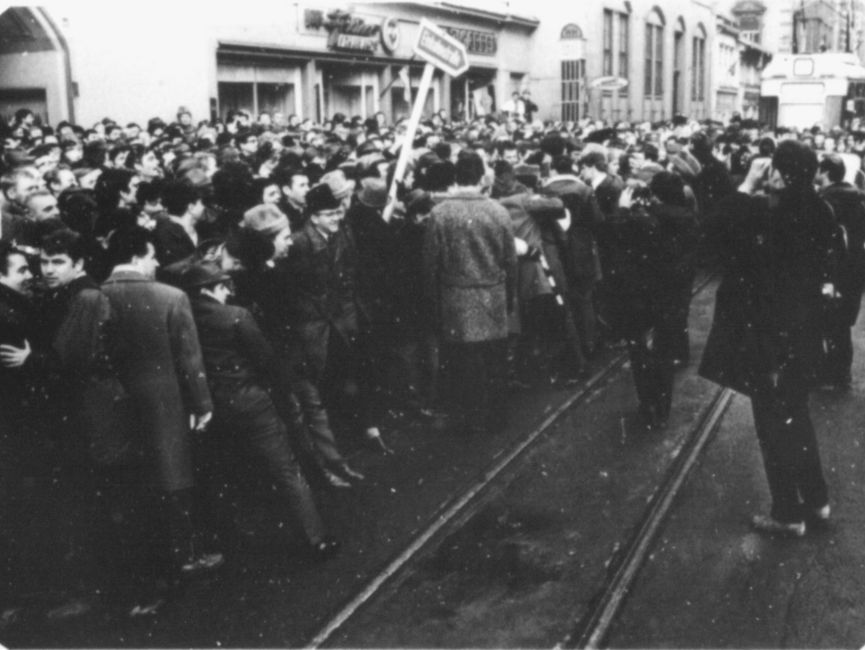 Hunderte von Menschen versammelten sich am Tag des Besuchs von Willy Brandt rund um den Hauptbahnhof in Erfurt und das Hotel 'Erfurter Hof'.