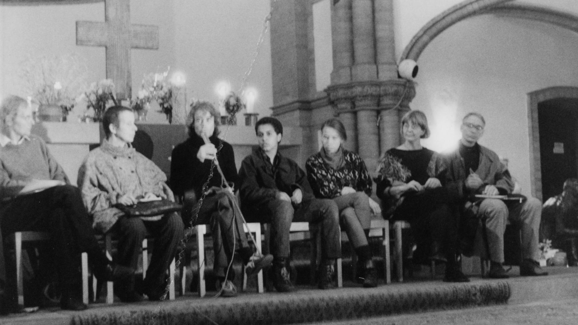 Dieses Foto aus Beständen des MfS zeigt die Teilnehmer einer Diskussionsrunde in der Gethsemanekirche. Vor dem Altar sitzt links außen der Theologe Erhart Neubert. Rechts außen ist die Bürgerrechtlerin Marianne Birthler und der Molekularbiologe Jens Reich, beide waren Mitbegründer des Neuen Forum, zu sehen.