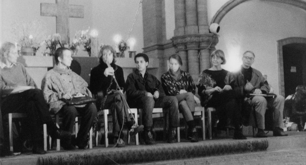 Dieses Foto aus Beständen des MfS zeigt die Teilnehmer einer Diskussionsrunde in der Gethsemanekirche. Vor dem Altar sitzt links außen der Theologe Erhart Neubert. Rechts außen ist die Bürgerrechtlerin Marianne Birthler und der Molekularbiologe Jens Reich zu sehen.