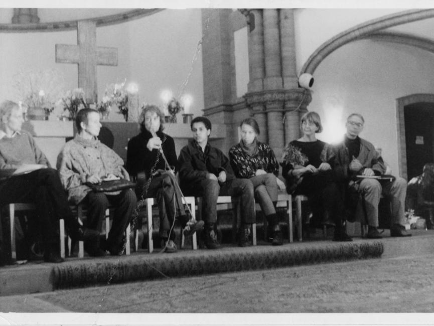 Dieses Foto aus Beständen des MfS zeigt die Teilnehmerinnen und Teilnehmer einer Diskussionsrunde in der Gethsemanekirche. Vor dem Altar sitzt links außen der Theologe Erhart Neubert. Rechts außen ist die Bürgerrechtlerin Marianne Birthler und der Molekularbiologe Jens Reich zu sehen. Beide waren an der Gründung des Neuen Forums beteiligt.