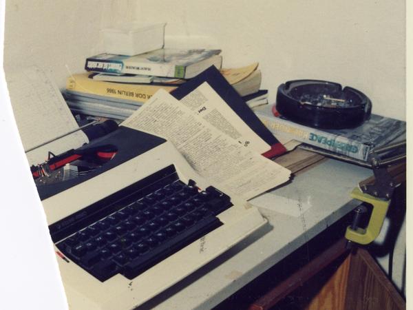 Eine Schreibmaschine im Keller der Umweltbibliothek, daneben eine eng beschriebene Manuskriptseite, die bereits auf eine Matrize zum Vervielfältigen übertragen wurde.