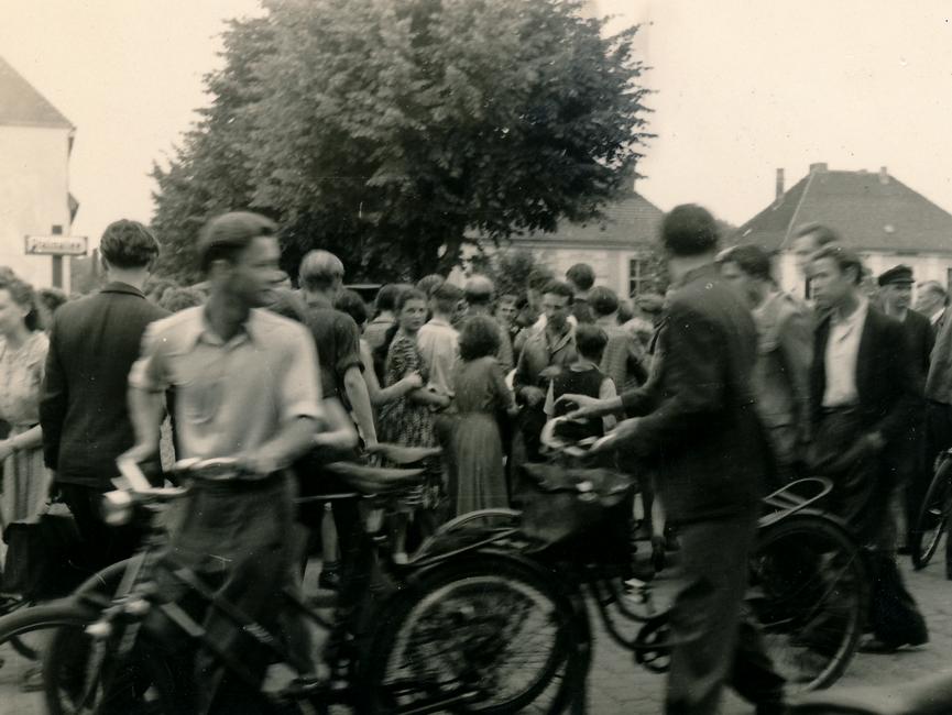 Eine Aufnahme von mehreren Demonstranten in der Stalinallee in Rathenow, welche teilweise ihr Fahrrad bei sich führen.