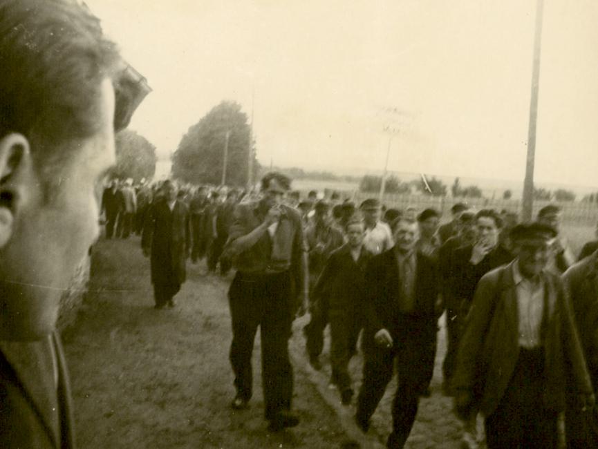 Das Schwarz-Weiß-Bild zeigt einen Demonstrationszug.