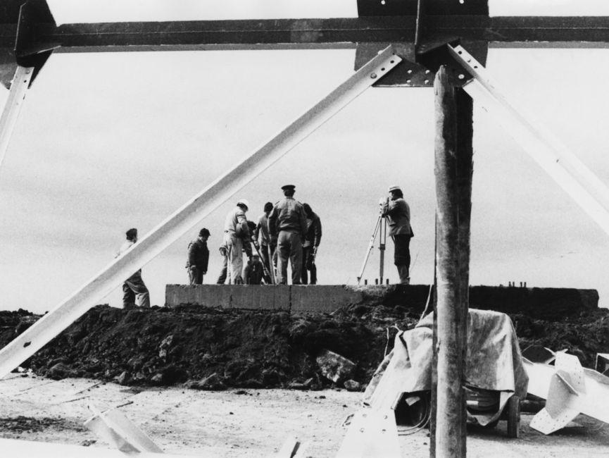 Eine Gruppe Bauarbeiter am Objekt 'Blitz'.