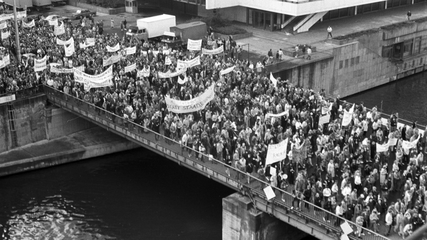 Demonstranten 1989 am Palast der Republik in Berlin
