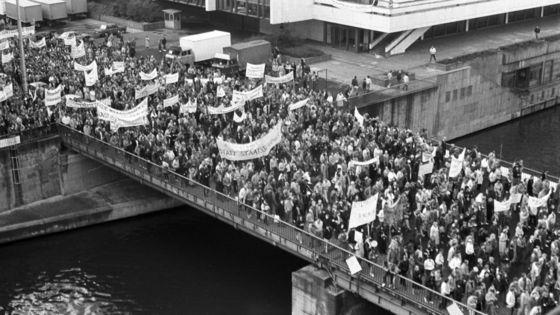 Demonstrationszug vor dem Palast der Republik bei der Kundgebung gegen staatliche Gewalt und für Meinungs- und Versammlungsfreiheit am 04. November1989 in Berlin-Mitte
