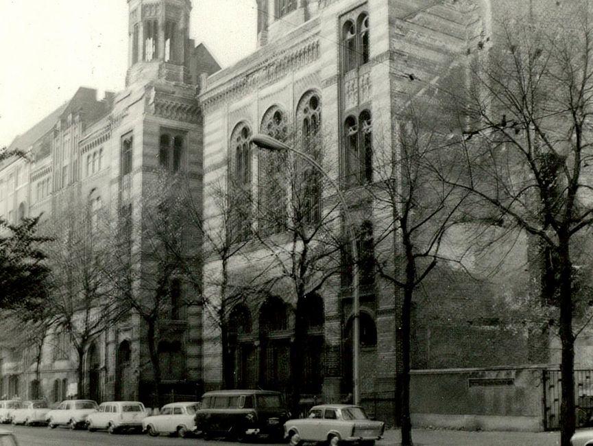 Teilansicht der Neuen Synagoge in der Oranienburger Straße in Ost-Berlin