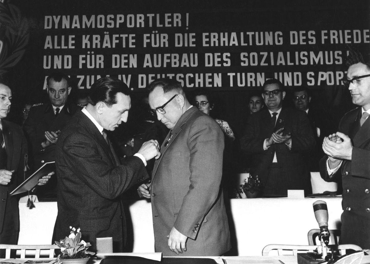 Gründungskonferenz der SV Dynamo am 27.03.1953 im Gesellschaftshaus Berlin-Grünau mit Erich Mielke als erstem Vorsitzenden, Edith Baumann im Auftrag des ZK der SED, Chefinspekteur Herbert Grünstein und Kurt Edel (1. Präsident des NOK der DDR).