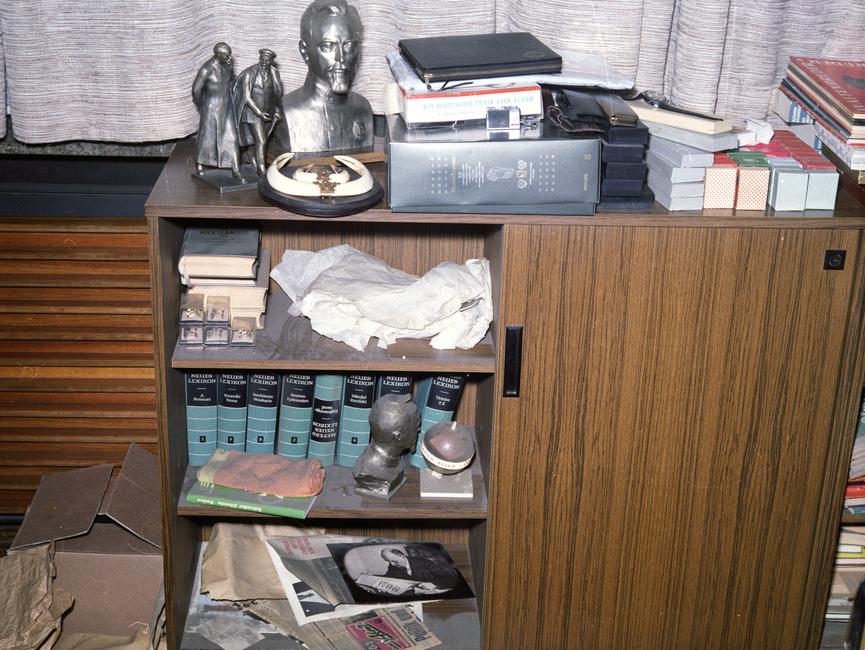 Ein Schrank in den Büroräumen Erich Mielkes. Darauf befinden sich zwei silberne Skulpturen.